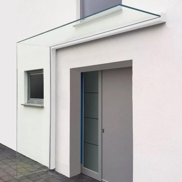 Montiertes Vordach mit Seitenwindschutz in weiss