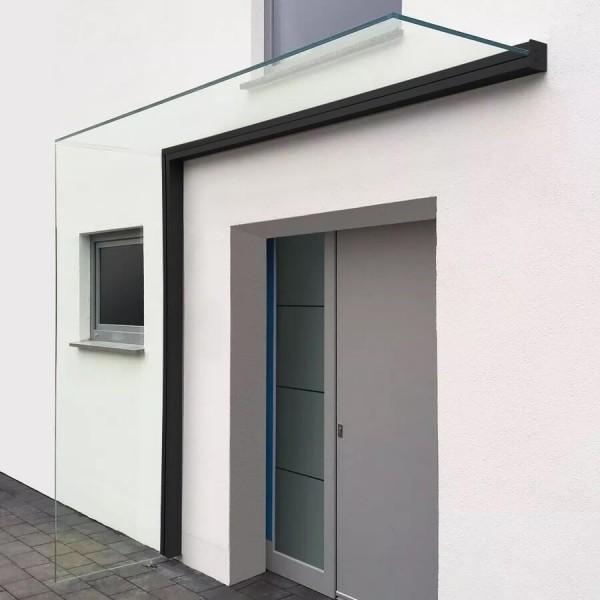 Montiertes Vordach mit Seitenwindschutz in schwarz