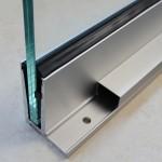 Bodenprofil zur aufgesetzten Montage von Glas-Brüstungen mit Flansch inkl. Glasgummis und Keile, Bild 4