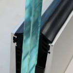 Bodenprofil zur aufgesetzten Montage von Glas-Brüstungen mit Flansch inkl. Glasgummis und Keile, Bild 1
