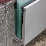 das Profil wird am Baukörper befestigt, damit kann die Glaskante bündig mit dem Balkon-Bodenbelag abschließen