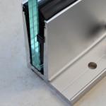 Bodenprofil zur aufgesetzten Montage von Glas-Brüstungen mit Flansch inkl. Glasgummis und Keile, Bild 3