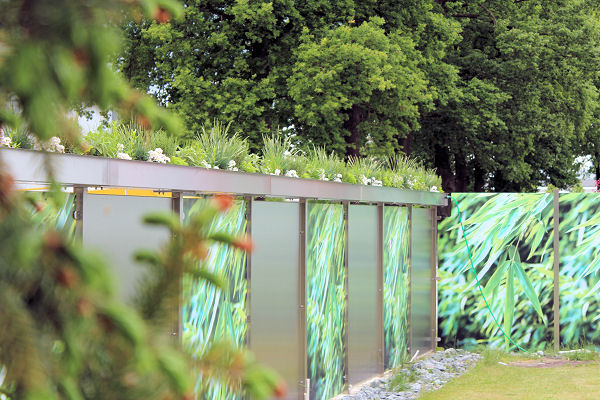 Edelstahl-Zaunanlage für den Garten mit aufgesetztem Pflanzgefäß