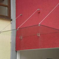 Glasvordach mit runden Punkthaltern und Zugstäben
